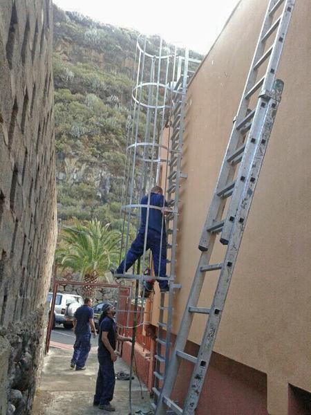 Taller de cerrajeria b baja s l escaleras met licas for Escaleras metalicas con descanso